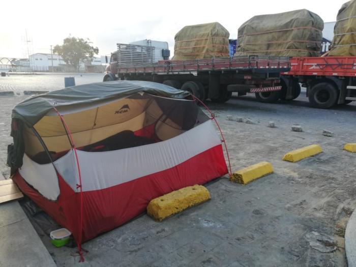 Zelt auf Parkplatz