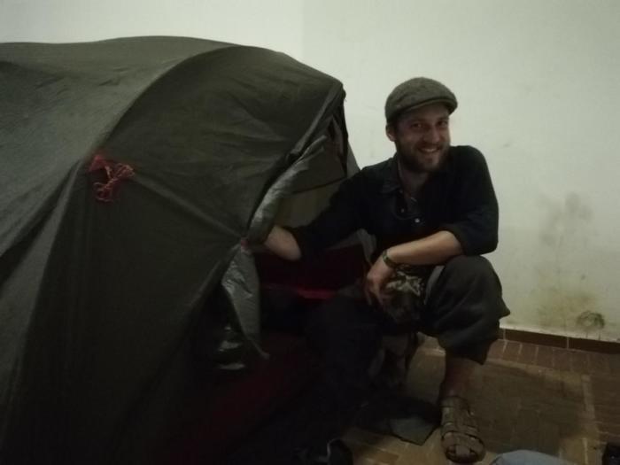 David beim Zeltaufbau