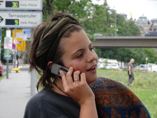 Klara beim telefonieren