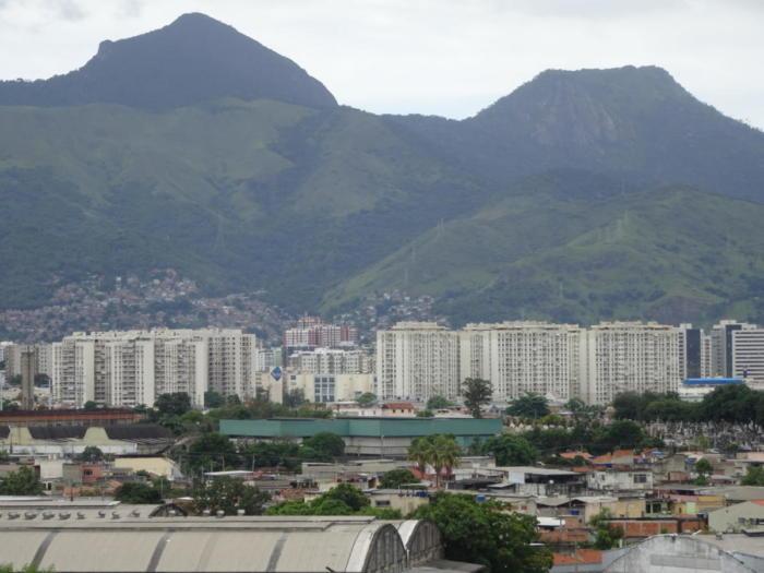 Hochhäuser vor Hügeln