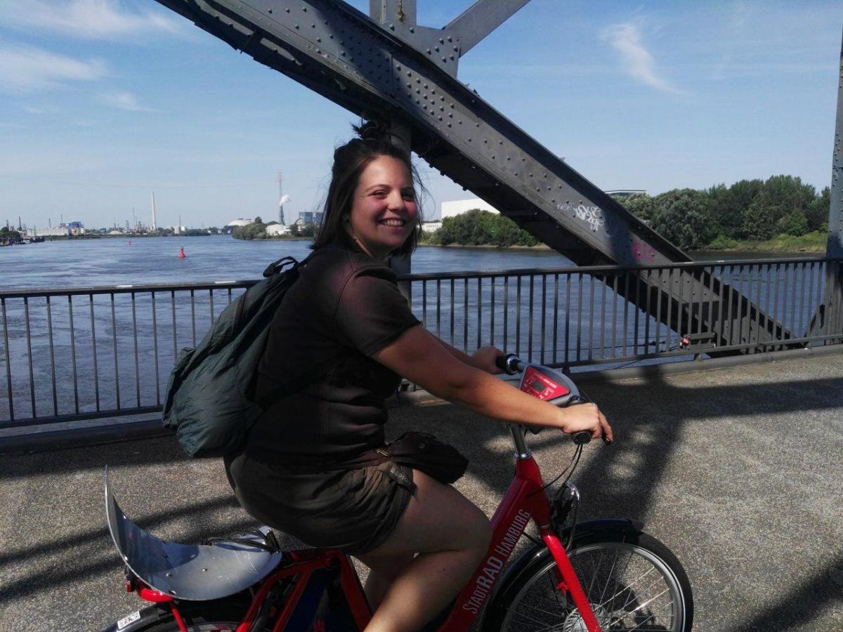 Klara auf dem Rad
